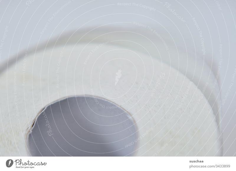 Nahaufnahme Toilettenpapier Klopapier ausverkauft Hamsterkäufe Hysterie Panikkäufe Papier Coronavirus Rolle Krankheit Virus Corona-Virus Infektion Gesundheit