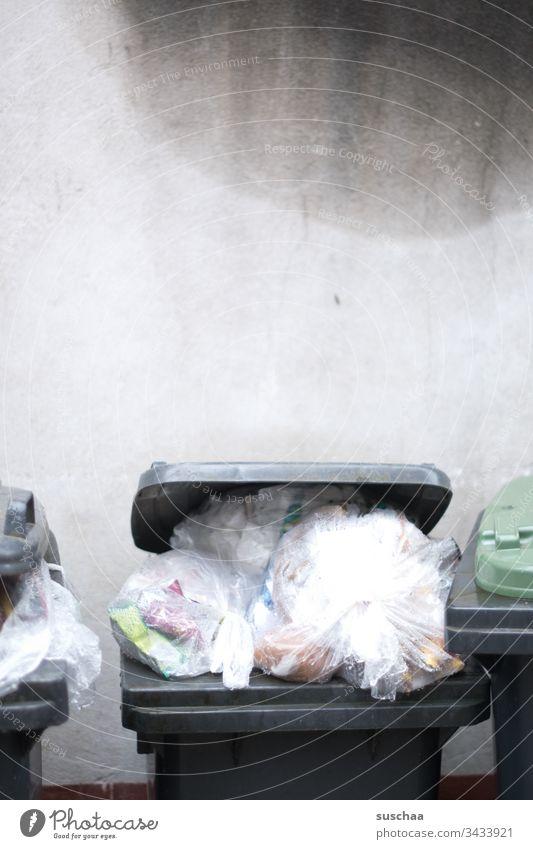 überquellende mülltonne Mülleimer Abfall Abfallwirtschaft Entsorgung Entsorgungsengpass überladen überfüllt Dreck Müllabfuhr Recycling Umwelt