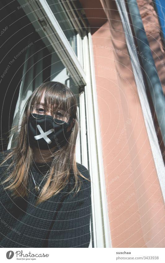 jugendliche mit mundschutz am fenster | corona thoughts Teenager Jugendliche junge Frau Zuhause Homeoffice Brille zu Hause bleiben Krise Corona Coronakrise