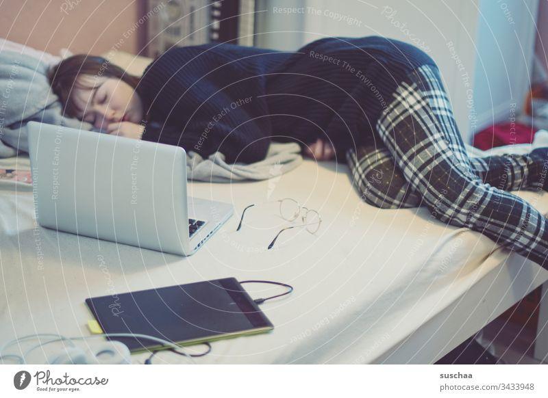 homeoffice | corona thoughts Teenager Jugendliche junge Frau müde Zuhause Bett schlafen Homeoffice Laptop Brille Zeichentablett arbeiten zu Hause bleiben Krise