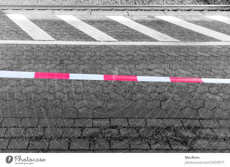 Absperrbannd am Bahnsteig haltestelle bahnhof bahnsteig absperrband flatterband gleise baustelle rot weiss niemand textfreiraum aussenaufnahme