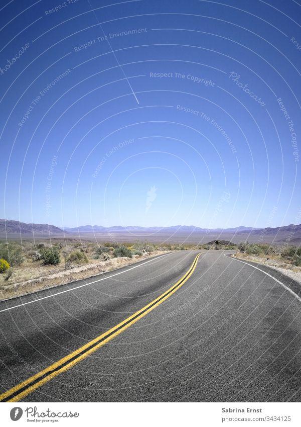 Verlassene Straße mit blauem Himmel in der Mitte von Nirgendwo Autobahn Verkehr Geschwindigkeit fahren Güterverkehr & Logistik PKW Ferien & Urlaub & Reisen