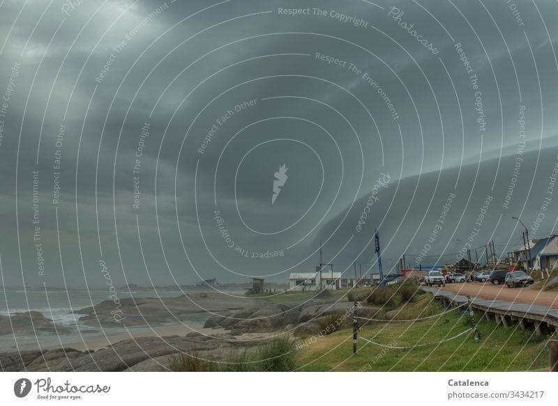 Klimawandel | schon da Wetter Sommer schlechtes Wetter Gewitter Wolken Gewitterwolken Strand Wellen Felsen Dorf Straße Autos Umwelt Wellen Grau Grün Orange