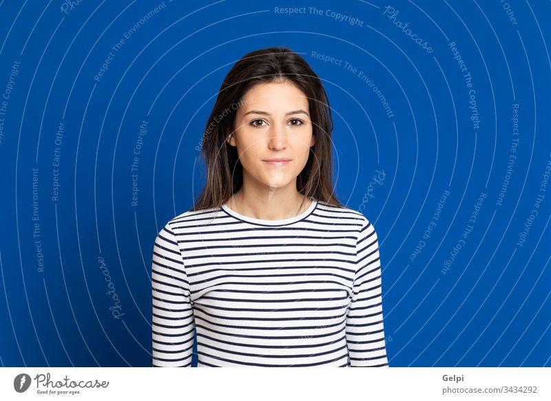 Attraktives junges Mädchen trägt ein gestreiftes T-Shirt Person blau heiter Glück Lächeln freudig positiv entspannt Porträt Ausdruck gestikulieren schön Frau