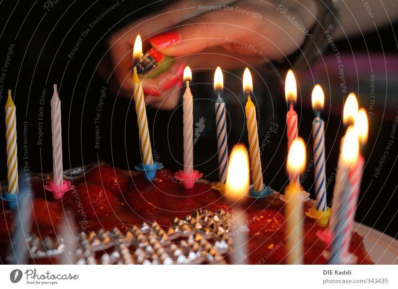 Geburtstagskuchenkerzen anfeuern Kuchen Party Feste & Feiern Kerze fest lecker mehrfarbig gelb rosa Geburtstagstorte anzünden Erdbeerkuchen Feuerzeug Farbfoto