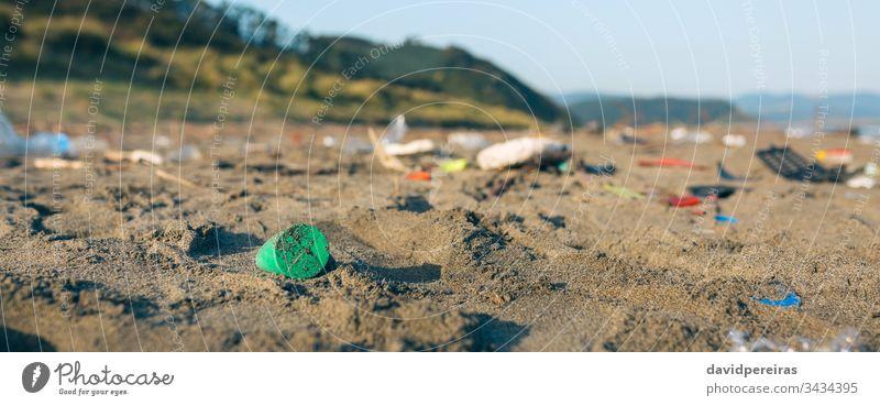 Schmutzige Strandlandschaft voller Müll Kunststoff Sand dreckig kontaminiert Umwelt Natur Verschmutzung Transparente Netz Panorama panoramisch Abfall Küste