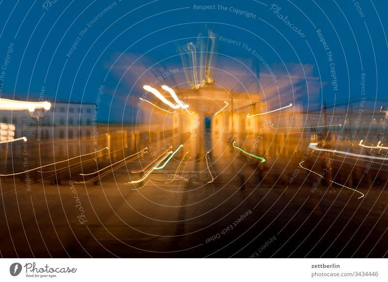 Brandenburger Tor in Aufruhr abend berlin bewegung brandenburger tor bunt dunkel dynamik dämmerung fantasie hauptstadt himmel klassizismus kunst langhans licht