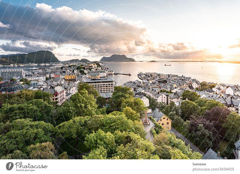 Blick über Ålesund, Norwegen Alesund Berge u. Gebirge Wolken Außenaufnahme Fjord Himmel Wasser Natur Landschaft Farbfoto Ferien & Urlaub & Reisen Skandinavien