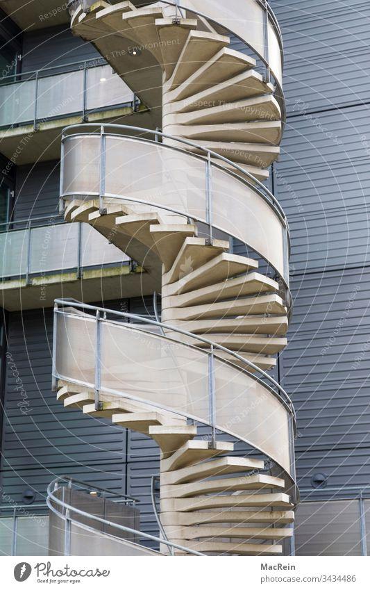 Wendeltreppe wendeltreppe aussentreppe treppenstufen fassade fluchttreppe spiralform spiralförmig niemand textfreiraum