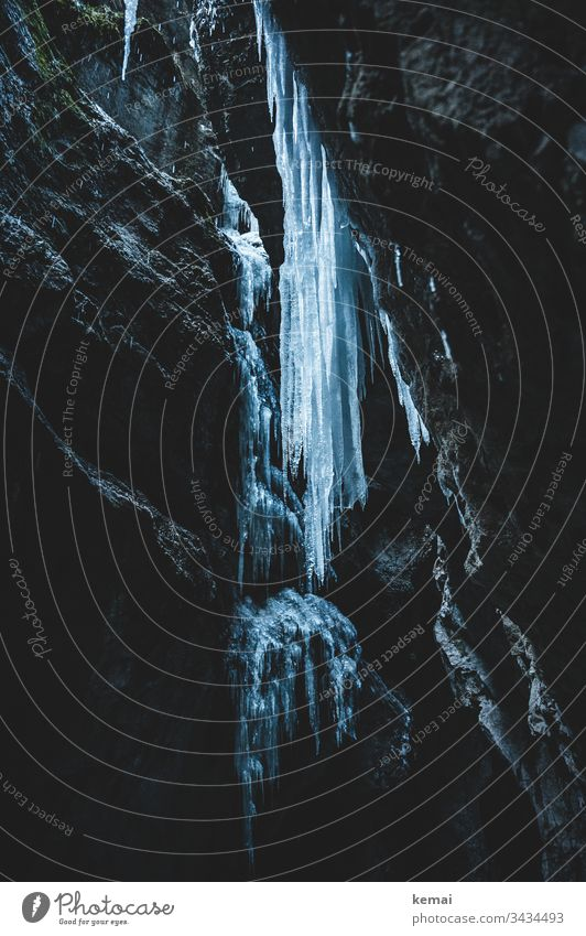 Eiszapfen in Schlucht Winter kalt Fels dunkel düster eisig hängen Stein groß rießig Klamm Natur Naturschönheit gefroren Wasser blau