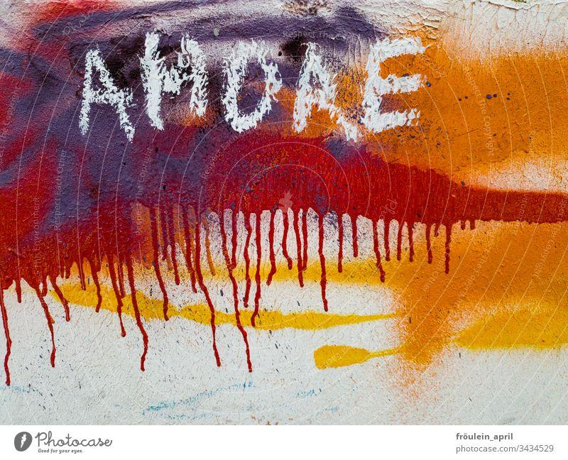 AMORE - Schriftzug und Farben auf einer Wand Farbfoto mehrfarbig Nahaufnahme rot Strukturen & Formen abstrakt Menschenleer Muster Design Stil außergewöhnlich