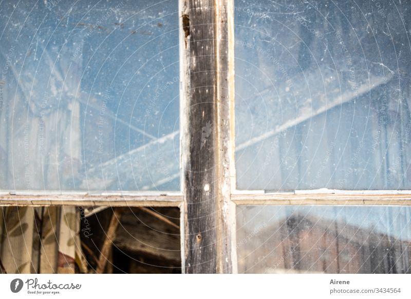 Teilöffnung Fenster kaputt Glasscherben Glasbruch Fensterscheibe alt Gebäude Verfall Vergänglichkeit Zerstörung Unbewohnt verfallen Glasscheibe zerbrochen