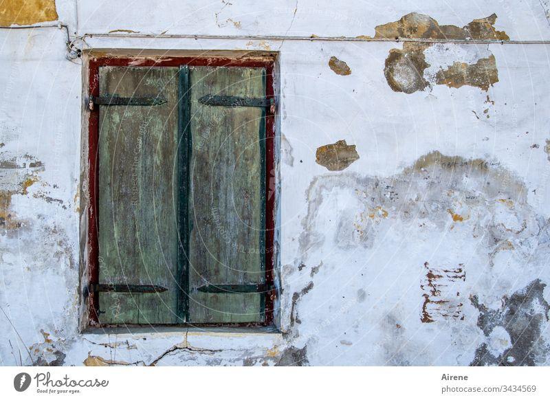 Laden zu Fensterladen geschlossen Holz Fassade Verbote Schutz Sicherheit dunkel abweisend verbarrikadiert Ruine Feindseligkeit Altbau kaputt Haus Verfall alt