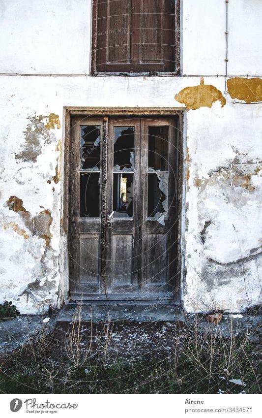 Offene Türen einrennen Abriss baufällig kaputt verfallen Ruine Glas zerbrochen Scherben Glasscheibe Fensterscheibe Glasscherben Glasbruch