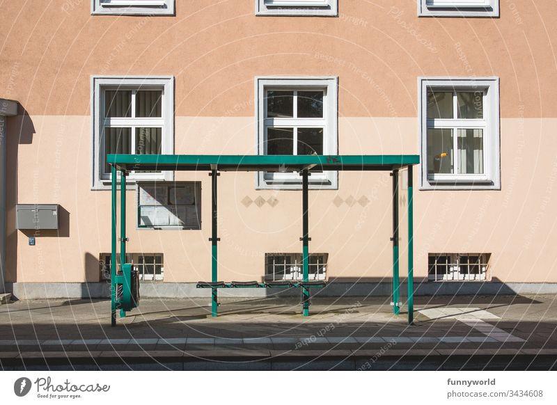 Einsame Bushaltestelle ohne Menschen Transport Straße leer leere Straßen Isolation keine Menschen Fenster Haus Tourismus Stadt Gebäude außen Sommer Reise Bank