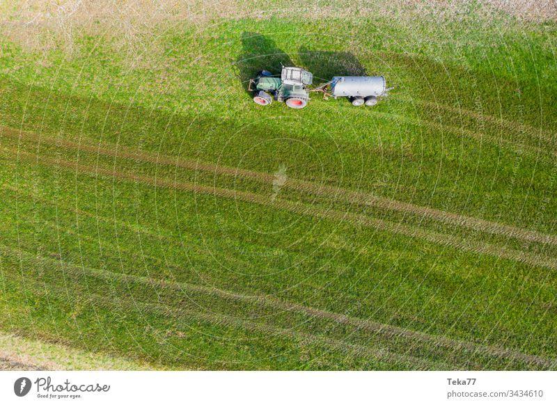 Traktor, der Kuhdung von oben besprüht #3 Ackerschlepper Landwirtschaft Bauernhof Ackerbau landwirtschaftlich Wiese Feld Gras modern moderne Landwirtschaft
