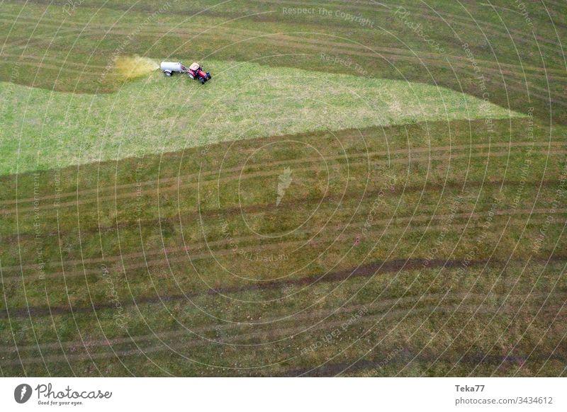 Traktor, der Kuhdung von oben besprüht #2 Ackerschlepper Landwirtschaft Bauernhof Ackerbau landwirtschaftlich Wiese Feld Gras modern moderne Landwirtschaft