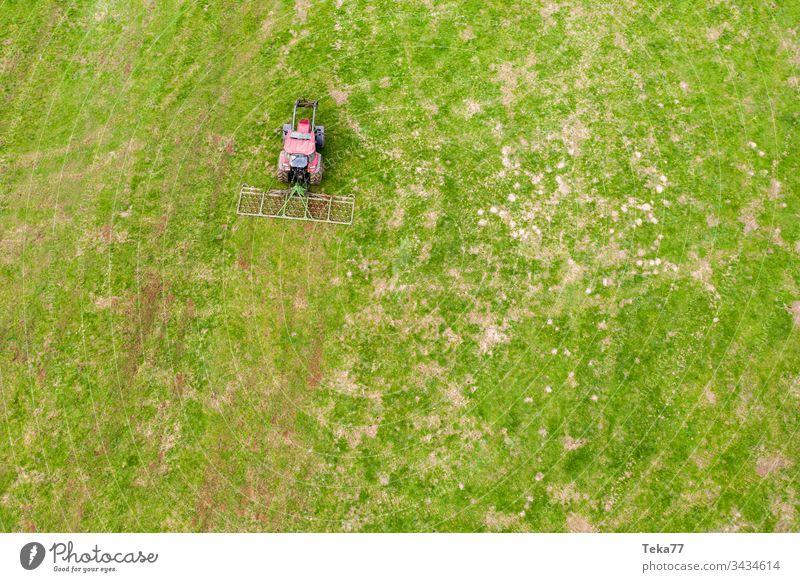 Traktor auf einer Wiese von oben #2 Ackerschlepper Landwirtschaft Bauernhof Ackerbau landwirtschaftlich Feld Gras modern moderne Landwirtschaft moderne Maschine
