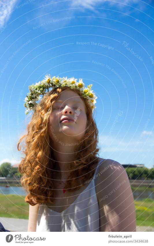 rothaarige Frau mit Blumenkranz im Haar Sonne Entspannung Margarithen Ruhe Sommer Tageslicht genießen junge Frau mittlere Tiefenschärfe Natur Erwachsene feminin