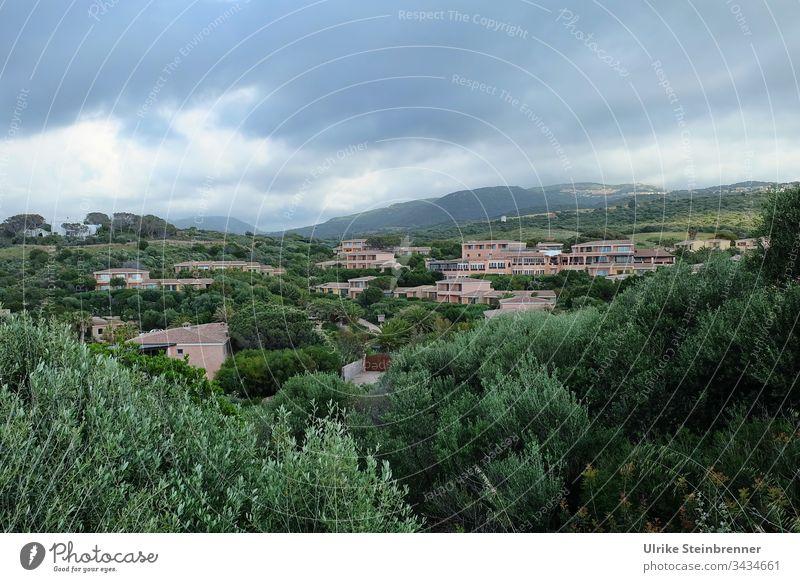 Geschlossene Hotelanlage in Sardinien Luxus Luxushotel Gebäude Gebäudekopmplex Inselurlaub Urlaub Ferienanlage geschlossen verwaist leer Natur Hügel