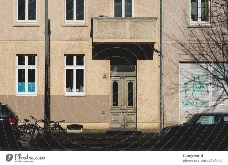 Hausfassade mit geschlossenen Fenstern und Rolladen, ohne Menschen hausfassade Fassade leer keine Menschen niemand Gebäude im Freien urban Nachmittag Außenseite