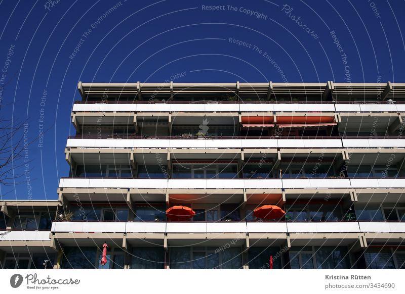 balkone eines mehrfamilienhauses gebäude fassade architektur immobilie zuhause zu hause wohnen leben mieten wohnung wohnungen balkonien sonne sonnig himmel