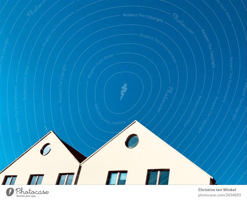 Weiße Giebel vor blauem Himmel Fenster Weissputz Häuser Haus Blauer Himmel Hausgiebel Wände eckig rund Fassade Wand Stadt Froschperspektive Gebäude Bauwerk Tag
