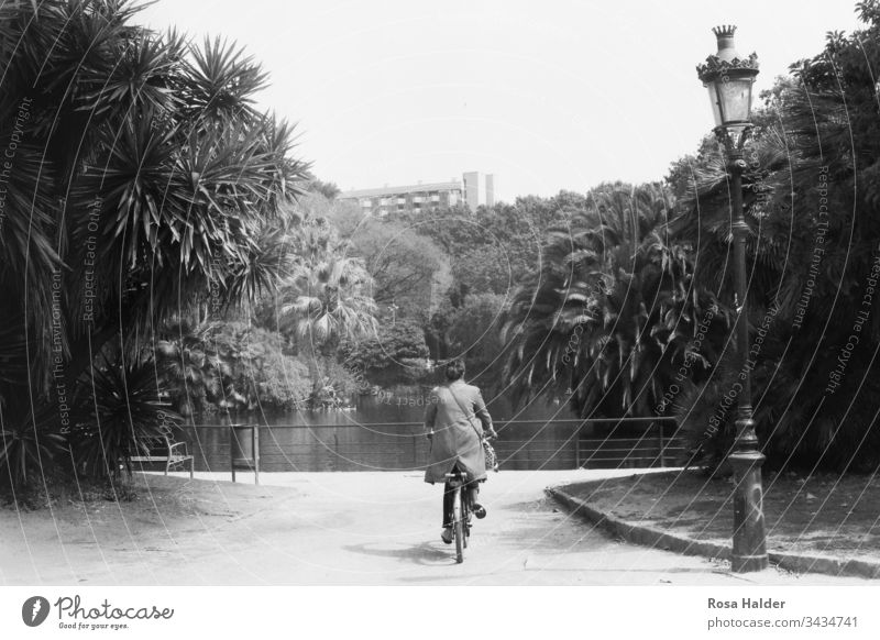 Frau am Fahrrad Fahhrad Palmen Teich Barcelona Laterne Park Analog Nostalgisch Textfreiraum oben