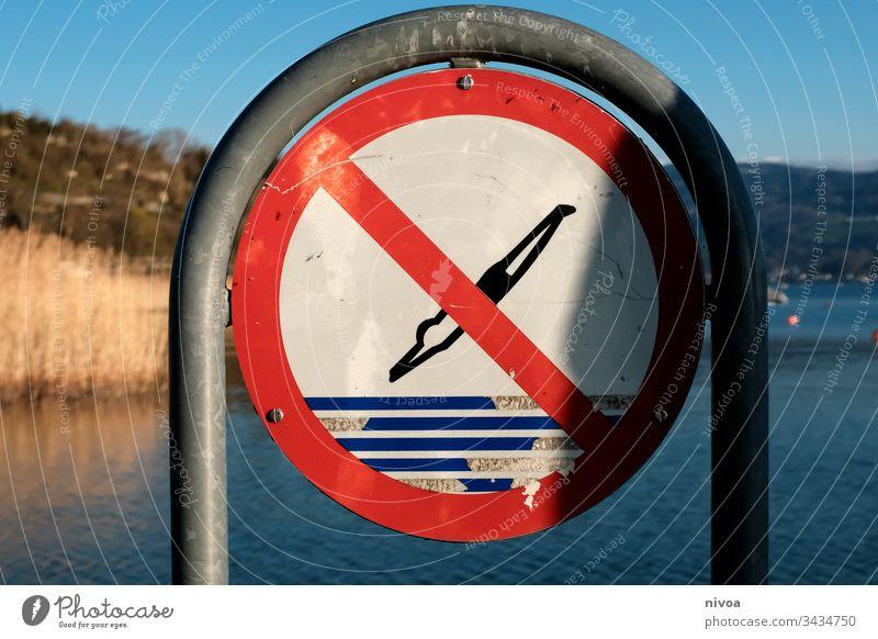Verbotsschild Schilder & Markierungen Zürich See Seeufer Freibad Außenaufnahme Wasser Farbfoto Tag Menschenleer Natur blau verboten springen Badehose Schilfrohr