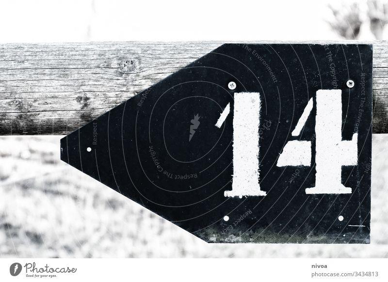 Hinweisschild Zahl 14 Schilder & Markierungen Schwarzweißfoto Außenaufnahme Tag Ziffern & Zahlen Zeichen Menschenleer Textfreiraum unten Textfreiraum oben