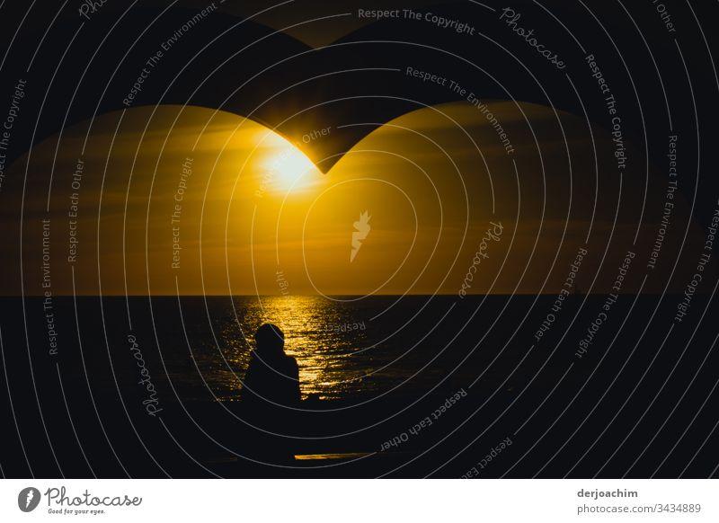"""Warten im Großen"""" Herz """" in Adelaide, am Strand auf den Sonnenuntergang. Ein Schatten von einer Person schaut auf das Meer. Liebe rot Farbfoto Romantik"""