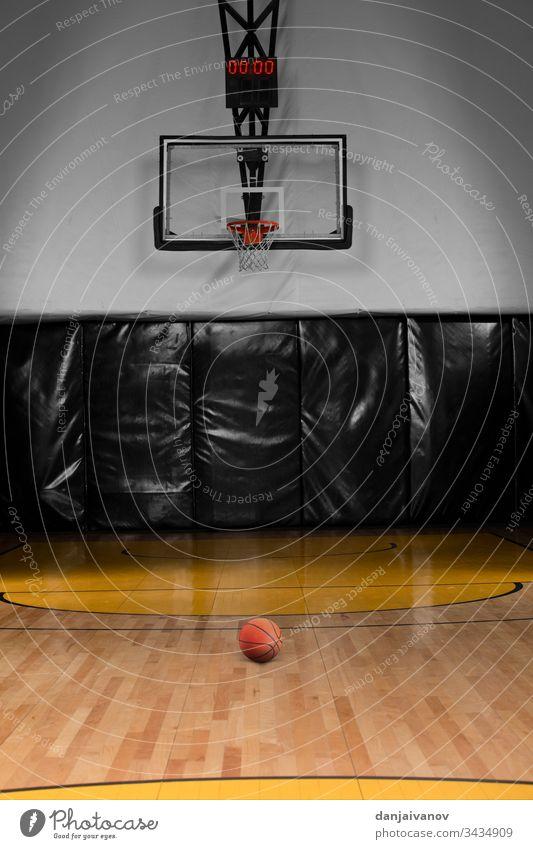 Basketballplatz und Basketballkorb Aktivität Arena Hintergrund Ball hell Meister Meisterschaft Konkurrenz Gericht Tasse leer Feld Spiel Tor Boden Lampe Freizeit