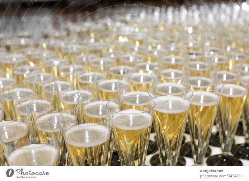Viele Gläser Champagner auf dem Tisch Alkohol Jahrestag Hintergrund Getränk Feier Nahaufnahme Cocktail Kristalle trinken Veranstaltung festlich Brille Glaswaren