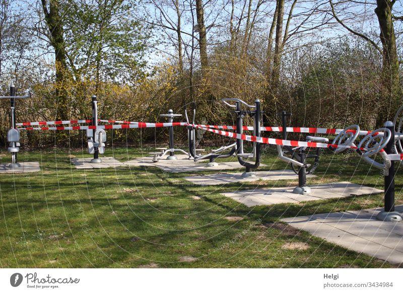 Sportgeräte im Park sind stillgelegt und mit Absperrband umwickelt, um einer Infektion mit dem Coronavirus entgegenzuwirken Fitness gesperrt Sport-Training