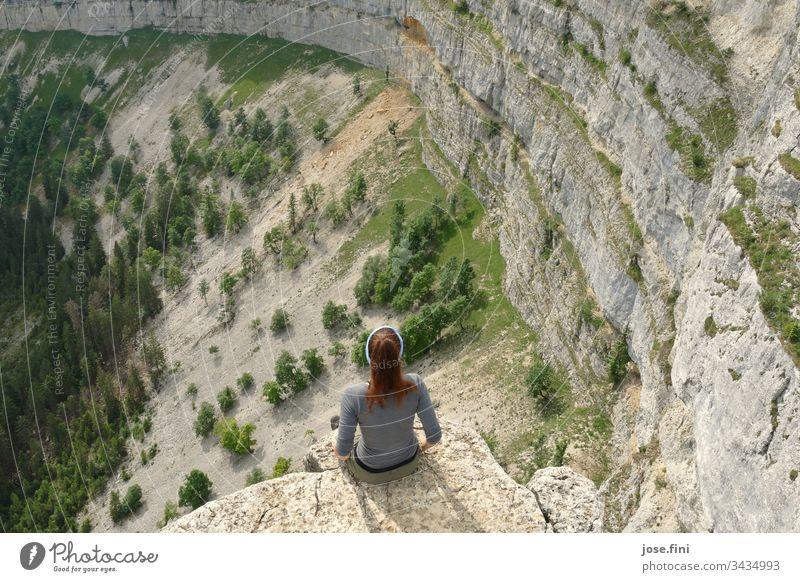 Frau sitzt am Felsvorsprung und betrachtet die Natur Mensch 1 Person weiblich Naturliebe Felsen Felswand Felslandschaft Bäume Landschaft wandern Aufstieg
