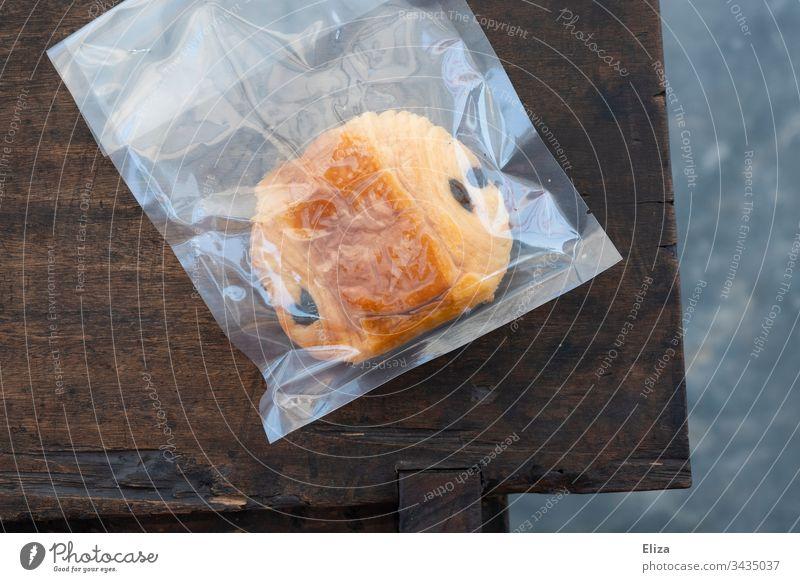 Ein Schoko Croissant bzw Pain au Chocolat das in Plastik eingeschweißt bzw verpackt ist Pain au chocolat Verpackung Schokocrossaint Backware hygienisch Müll