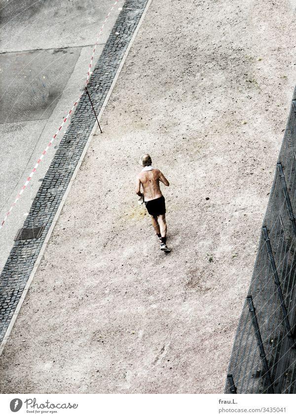 Er wusste bereits, den Marathon wurde er schaffen und er würde der letzte sein. Mann Joggen Mensch 1 Fitness sportlich Läufer rennen Großstadt Lifestyle Sport