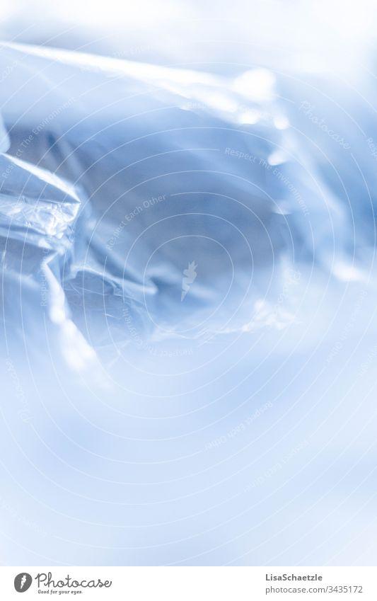 Abstrakte Formen und Falten, ein Hintergrund einer Plastiktüte. abstrakt hintergrund plastik müll plastikmüll unnatürlich beschaffenheit himmel blau schnee eis