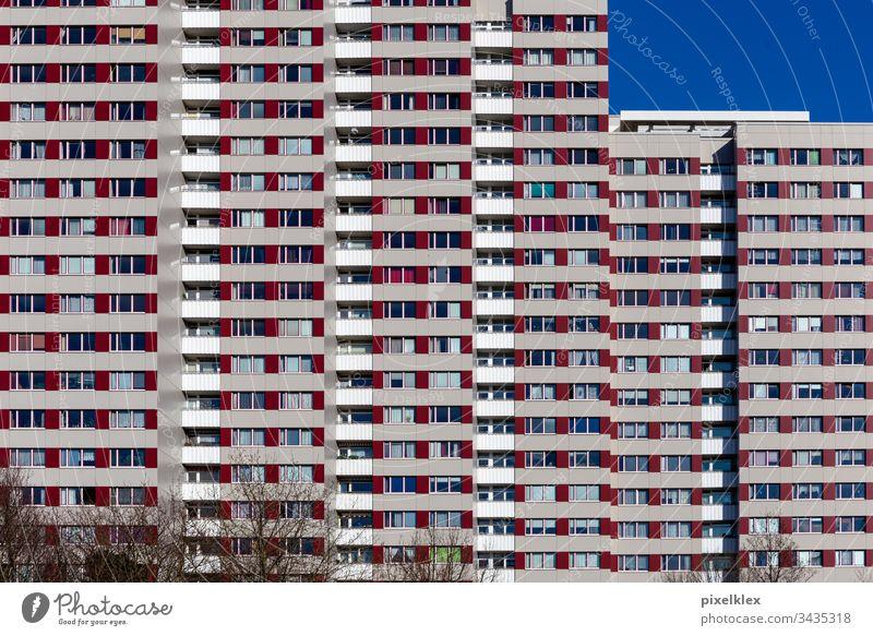 Stay home! Plattenbau Berlin Deutschland Haus Wohnhaus Mietshaus Plattenbauweise Bau Bauwerk Gebäude Objekt Architektur Hochhaus modern 70er Jahre Siebziger