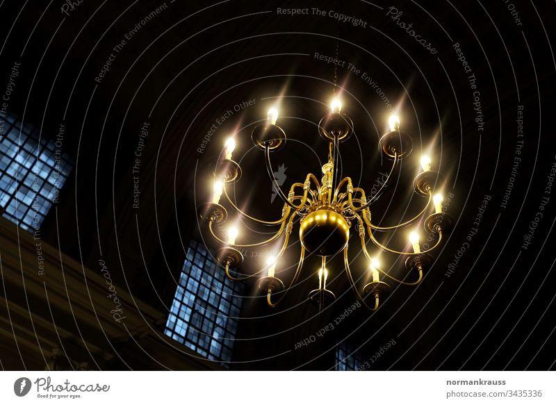 Deckenleuchte in einer Kirche kronleuchter hängelampe innenbeleuchtung deckenleuchte innenleuchte elektrisch licht vintage klassisch leuchtend von unten kirche