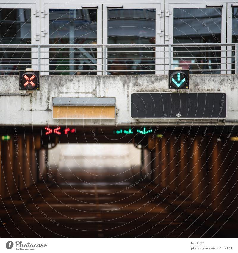 Einfahrt Parkhaus - rote und grüne Ampel Warnschild Hinweisschild Schutzschild Verkehrszeichen Schilder & Markierungen trafficlight Regel Richtung Ampelphase