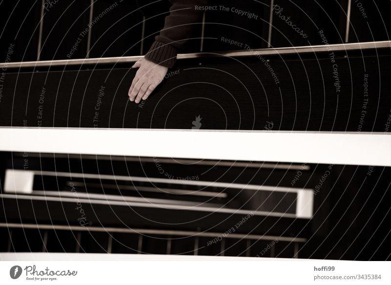 Treppengeländer mit Hand und Handlauf Treppenhaus treppenschacht Geländer Wendeltreppe Blick nach unten geschlossenen Treppengheländer minimalistisch