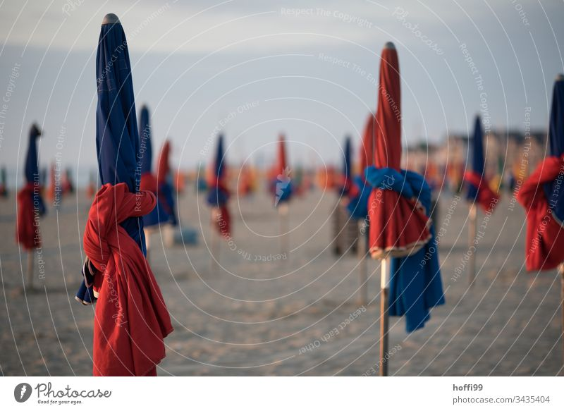 Abend am Strand Sonnenschirme eingepackt Strandleben Meer Küste Sonnenuntergang Sonnenaufgang Sand Umwelt Ferien & Urlaub & Reisen Wellness Freizeit & Hobby