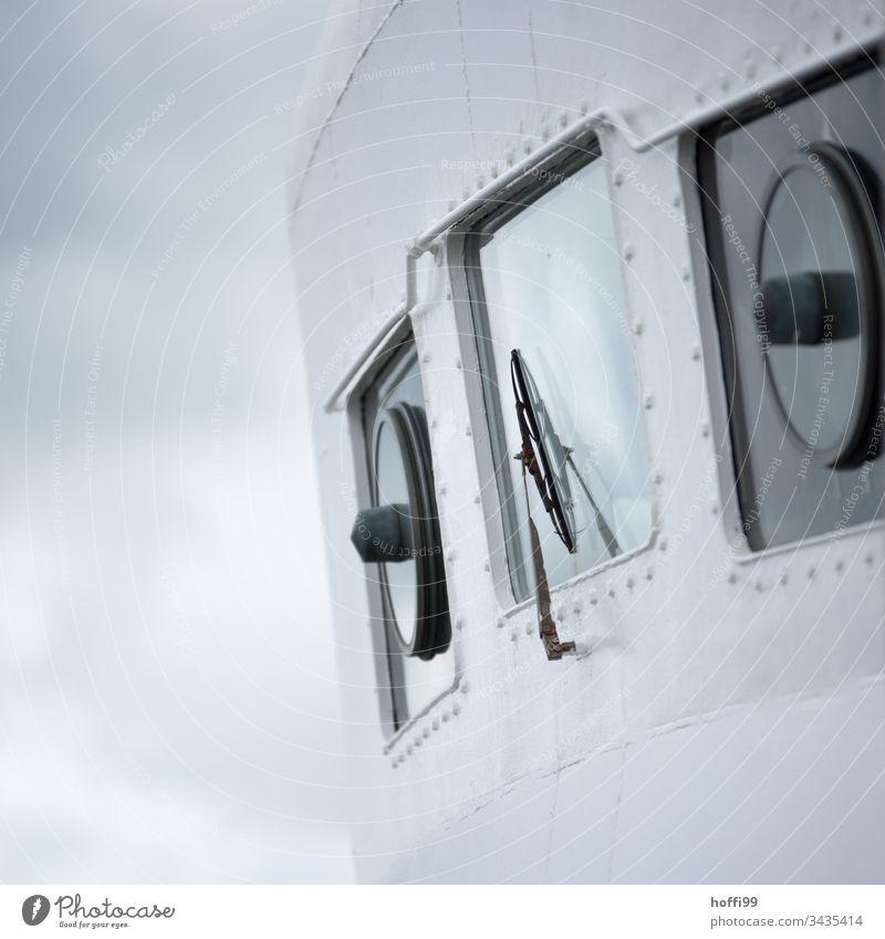 Fährschifffenster mit Scheibenwischer Fähre Fenster Nebel Regen Fensterscheibe Verkehr Windschutzscheibe blau nass Reflexion & Spiegelung Wassertropfen Wetter
