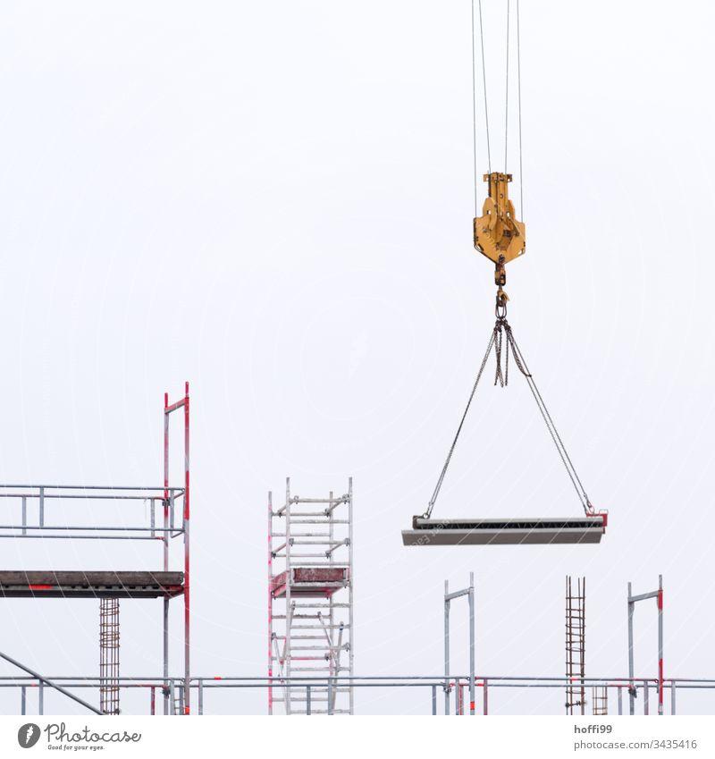schwebendes Betonelemente am Lasthaken eines Krans Baustelle Kranich Laufmasche Baustellenversorgung Arbeit & Erwerbstätigkeit Handwerk bauen Handwerker