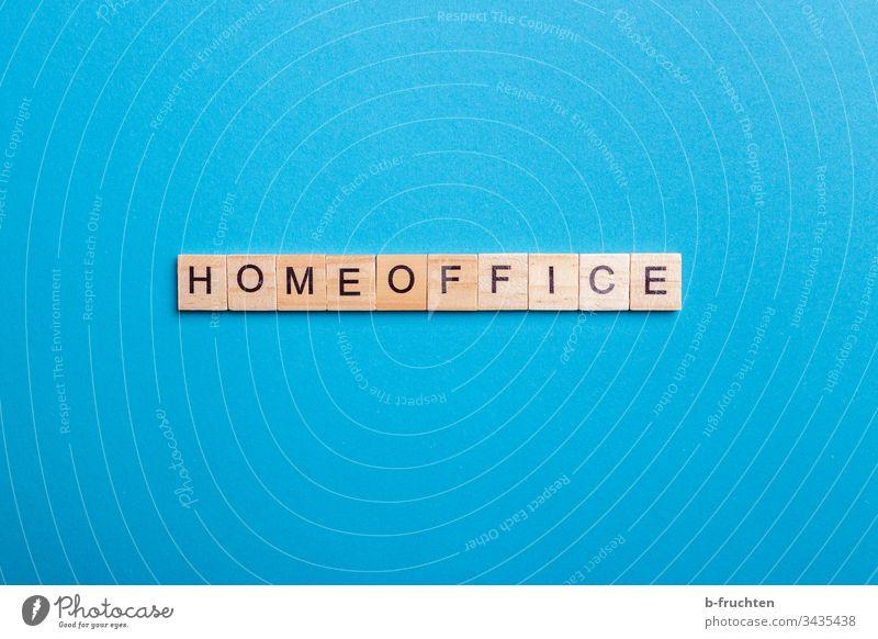 """Scrabble-Buchstaben mit dem Wort """"HOMEOFFICE"""" Homeoffice blau hintergrund Studioaufnahme Schriftzeichen Typographie Holz Heimarbeit Arbeit arbeiten zuhause"""