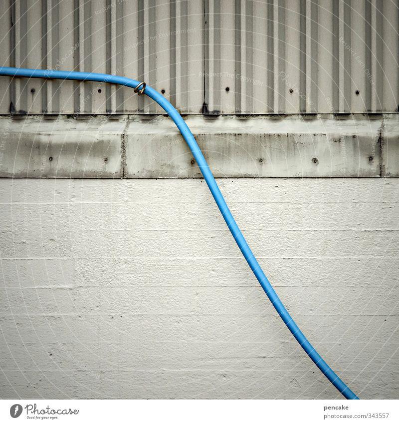 total blau | in verbindung bleiben | Rømø blau kalt Wand Gebäude Mauer grau Fassade ästhetisch Zukunft Kommunizieren Technik & Technologie Zeichen Kabel Industriefotografie Ziel Zusammenhalt