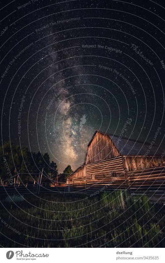 Die Milchstraße über einer alten Scheune in Utah Suche Allein Gegenlicht Lichterscheinung Gebäude Haus Außenaufnahme Farbfoto Sternbild Nacht Milchstrasse