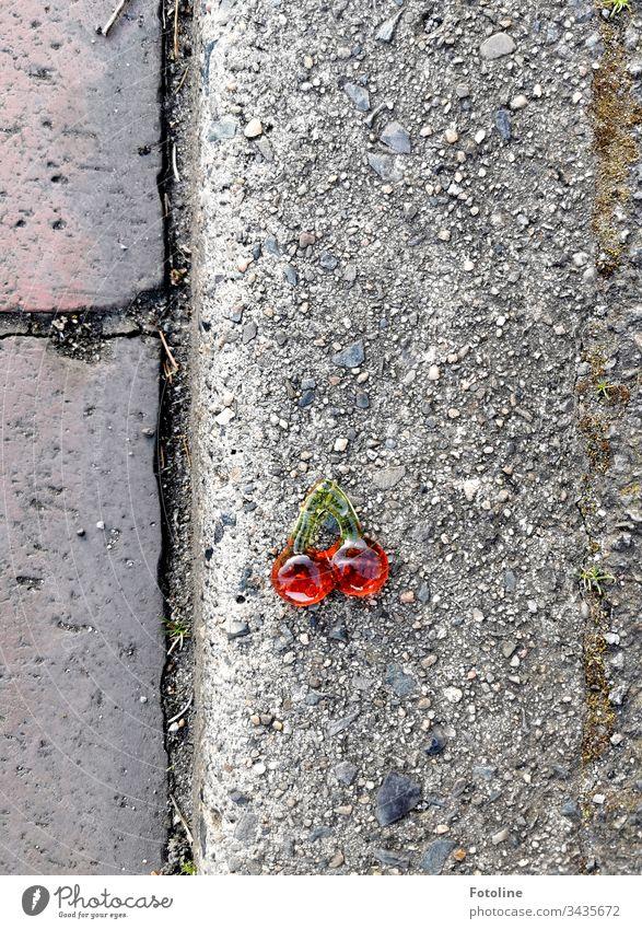 Fundsache - oder Weingummi Kirschen auf dem Fußweg gefunden. Möchte jemand? ;-) Lebensmittel süß lecker Frucht Ernährung Farbfoto Menschenleer Süßwaren rot