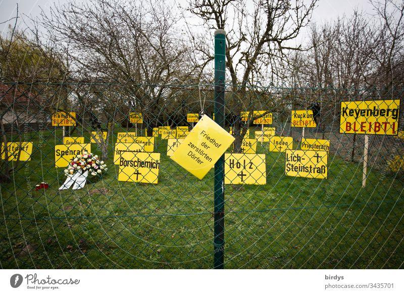 Friedhof der zerstörten Dörfer, Installation im Ort Keyenberg nahe dem Tagebau Garzweiler in NRW. Jedes Schild steht für einen Ort welcher durch den Braunkohlentagebau von der Landkarte verschwunden ist. Keyenberg wäre das nächste von RWE zerstörte Dorf